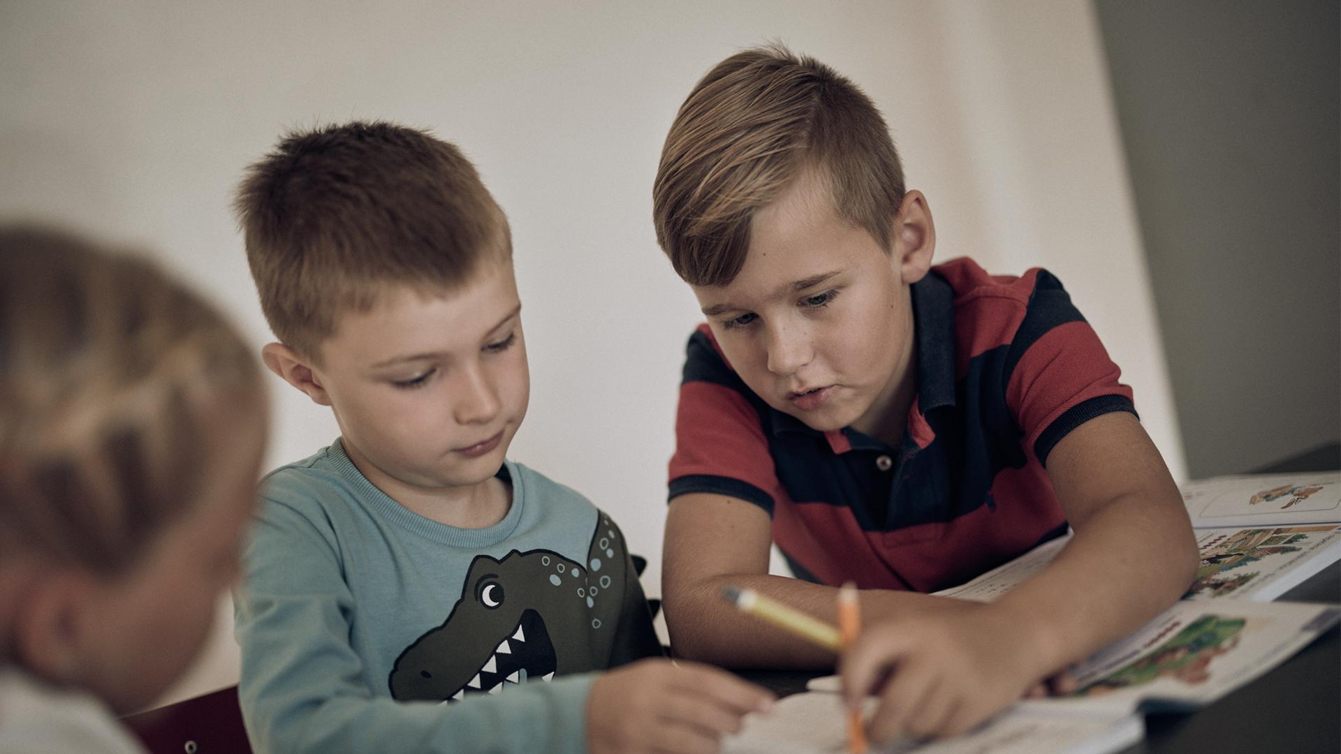 Två elever på Noblaskolan som ritar