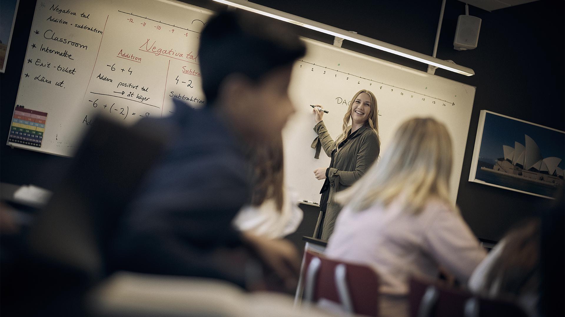 Lärare skriver på tavlan på Noblaskolan
