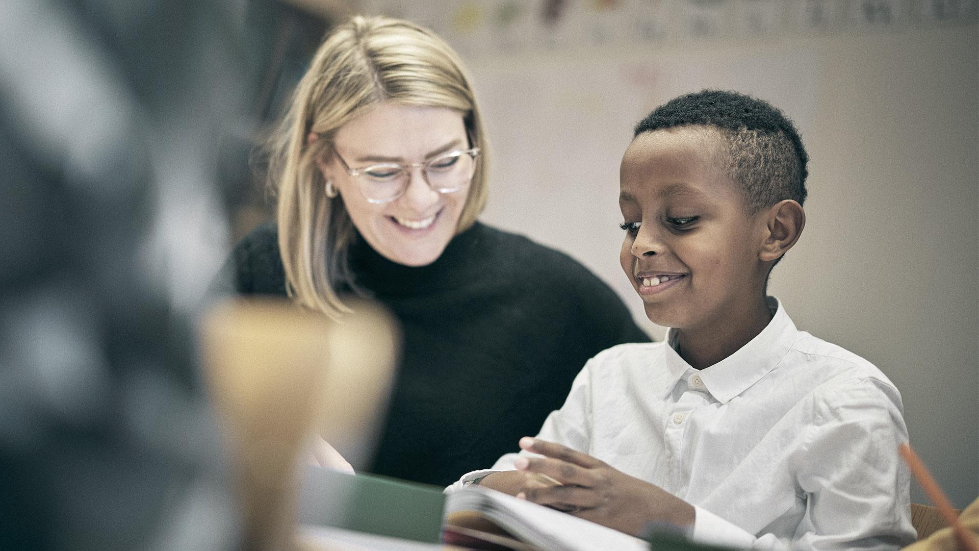 Lärare hjälper en elev på Noblaskolan