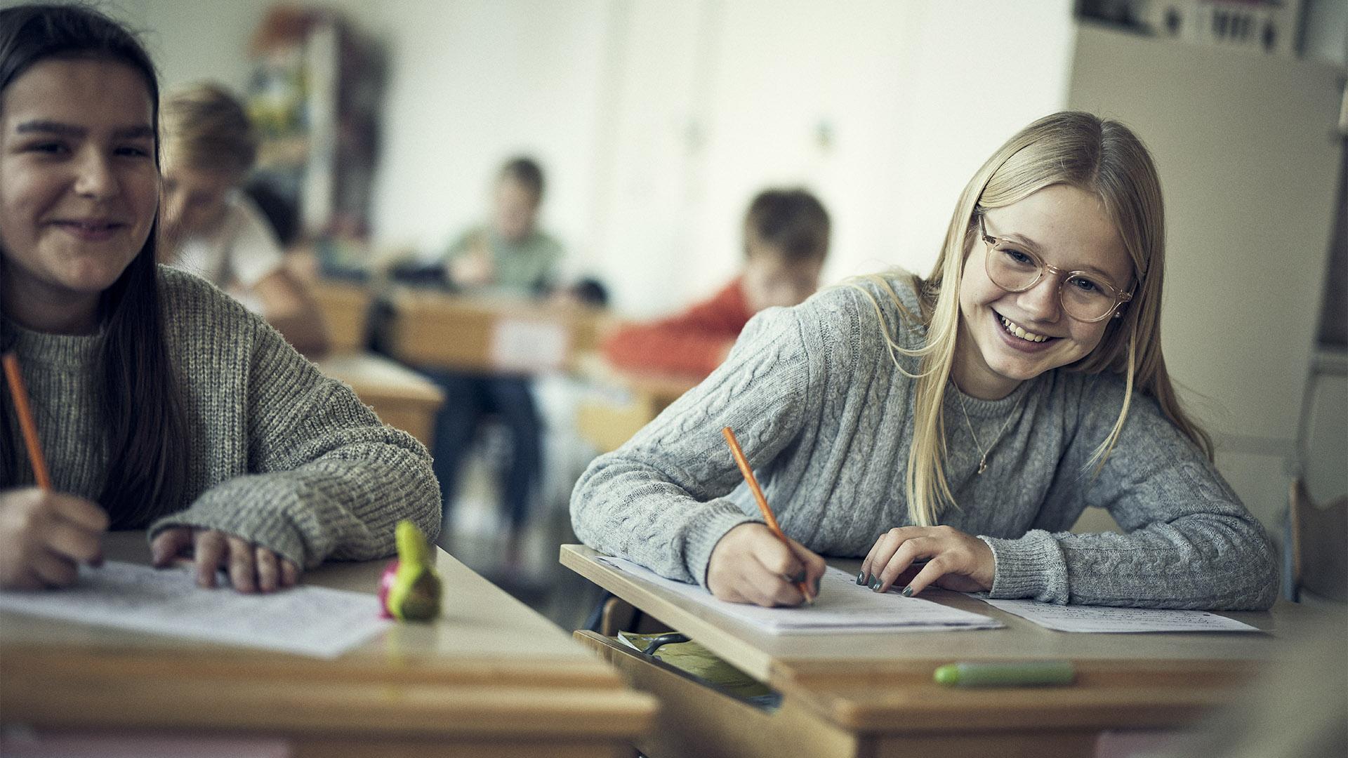 Två elever på Noblaskolan som skriver