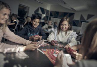 Elever i ett klassrum på Noblaskolan som spelar brädspel