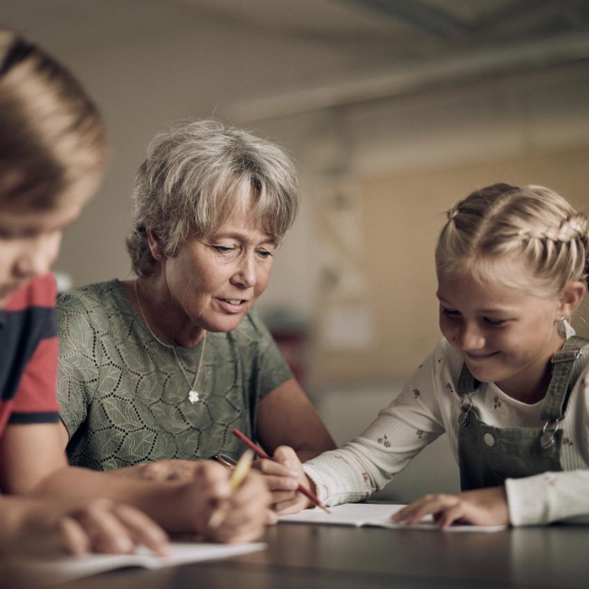 Lärare på Noblaskolan hjälper elever