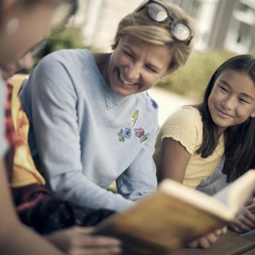 Elev och lärare på Noblaskolan läser böcker