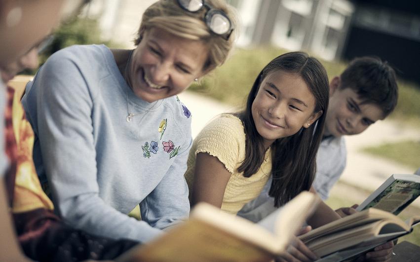 Lärare och elever på Noblaskolan läser böcker