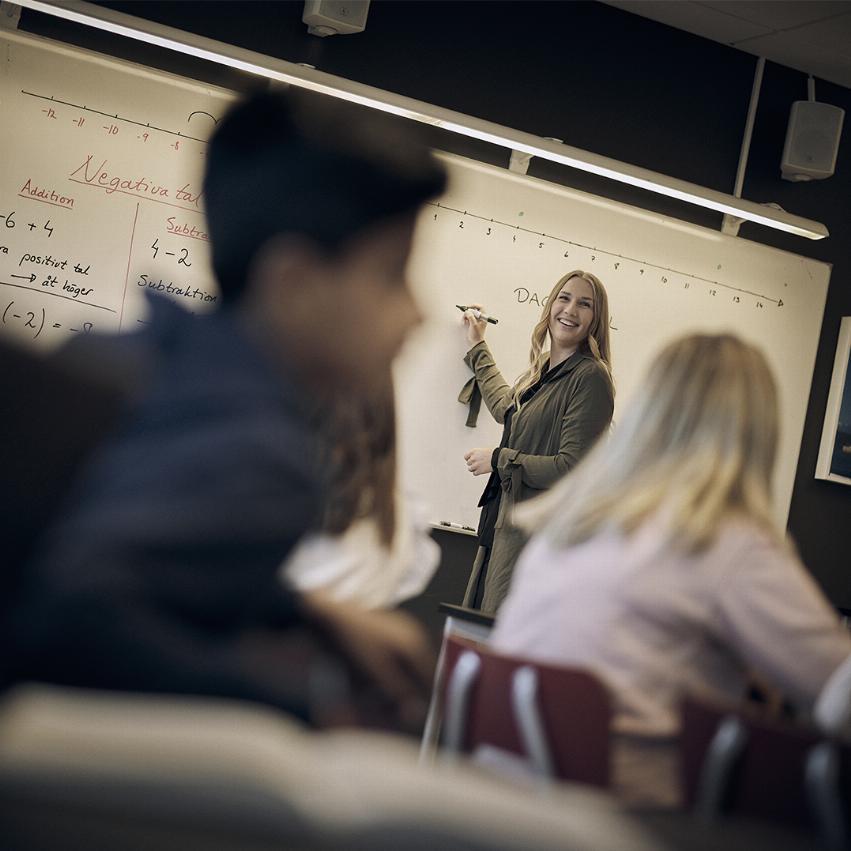 Läraren skriver på tavlan i klassrummet på Noblaskolan