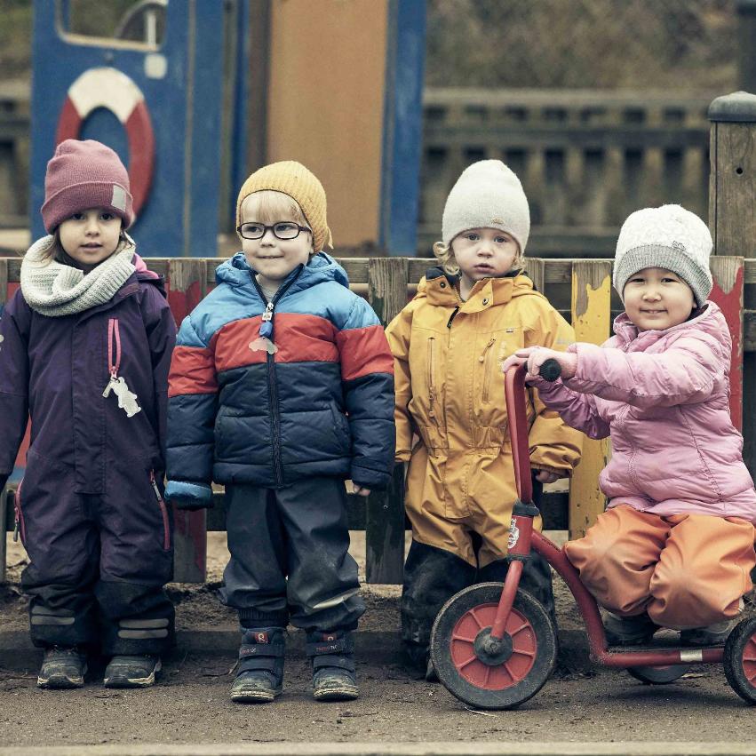 Fyra elever på Noblaskolan som står vid ett staket